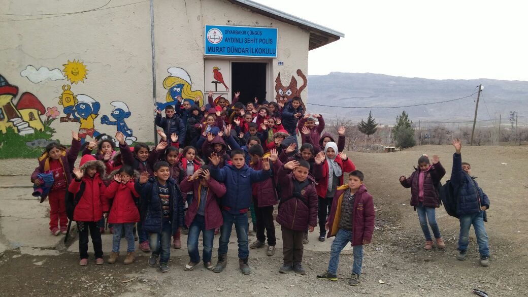 Çüngüş Aydınlı Köyünde ki Şehit Polis Murat DÜNDAR İlköğretim Okuluna yardımlarımız ulaşmıştır.